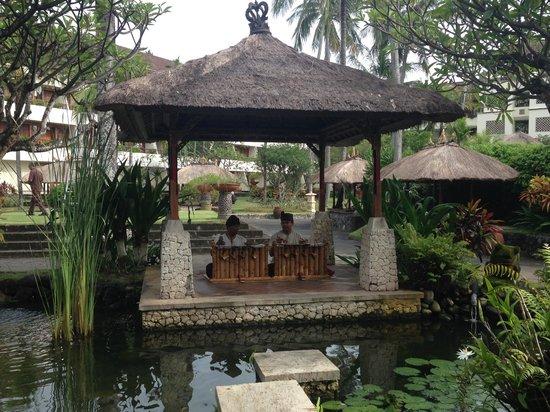 Nusa Dua Beach Hotel & Spa: music to eat breakfast with