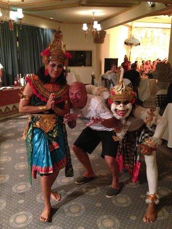 Nusa Dua Beach Hotel & Spa: traditional dancers