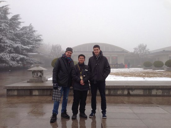 Museo de los Guerreros de Terracota y Caballos de Qin Shihuang: Our nice English guide in the middle. He was wellspoken and answered all our questions about thi