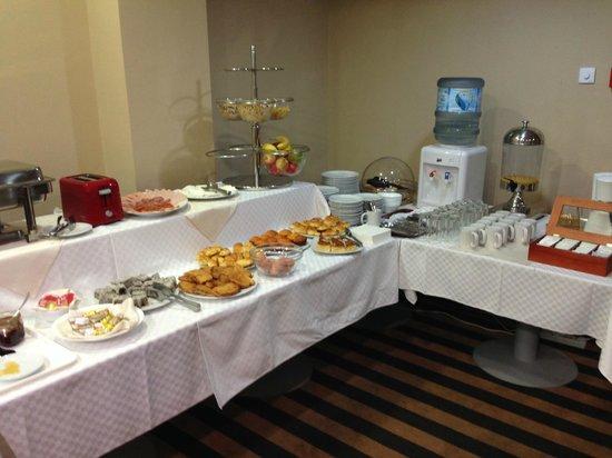 Balkan Hotel Garni: breakfast buffet