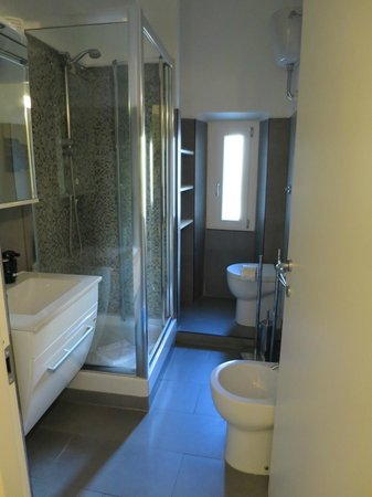 A View of Rome: Nice bathroom with modern fixtures - room 3