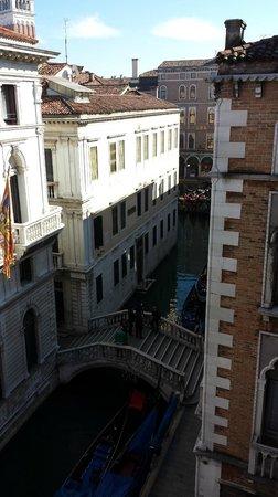 Hotel Bonvecchiati : Vue de la chambre sur le canal et les gondoliers