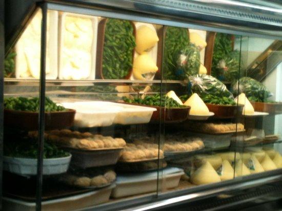 Cafe Melo's: Pimientos queso y croquetas en el mostrador