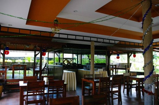 Maleedee Bay Resort: dining area with elevated seating areas