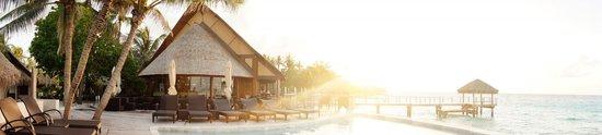 Hotel Maitai Rangiroa : panoramic view of the restaurant/bar, the pool and the pontoon