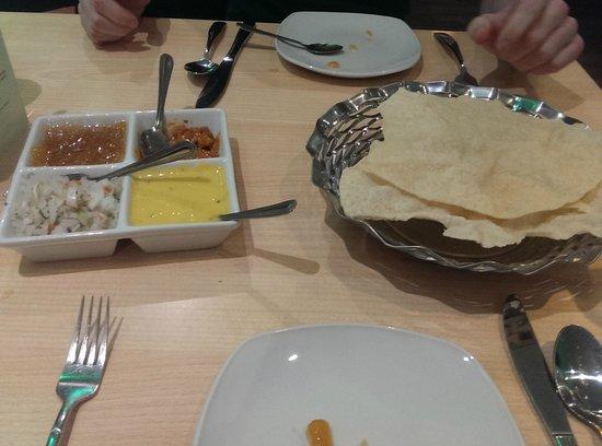 Mint Indian Restaurant: Poppadoms and sauces