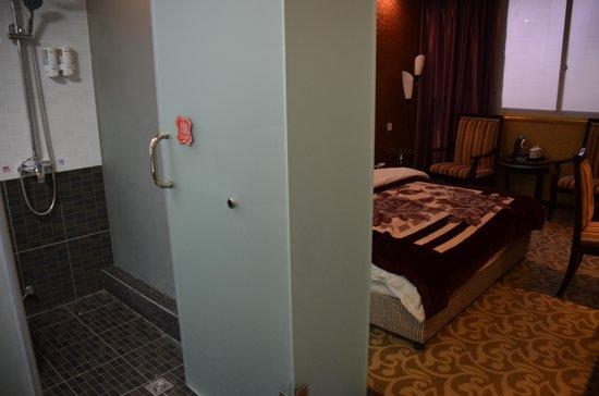 Jiuxiang Hotel: good ensuite bathroom