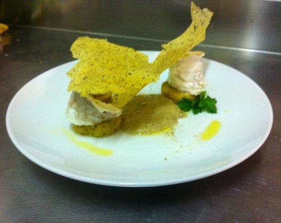Trap of Taste: rotolo di branzino su vellutata di carciofi e sfoglia croccante di polenta.