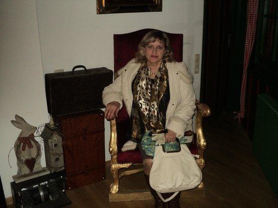 Hotel Alte Laterne: кресло на рецепшене
