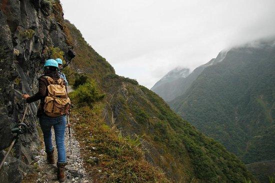 Zhuilu Old Trail: Narrow path