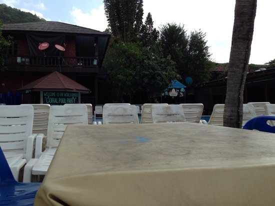 Coral Bungalows: Terrible estate of tables by the pool and chairs!