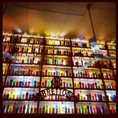 Brettos Bar: Colorful wall