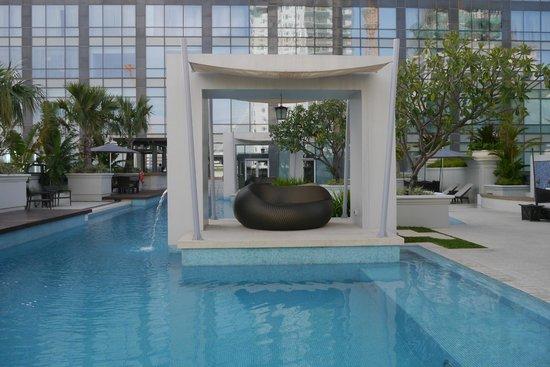 Raffles Makati: The pool