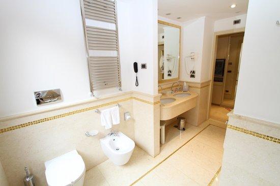 Hotel a La Commedia: Huge bathroom