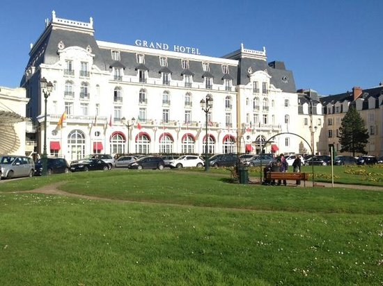 Le Grand Hotel Cabourg - MGallery Collection: Coté ville...sud donc...