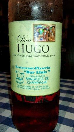 Restaurant Pizzeria Bar Lluis : Вино и именем ресторана
