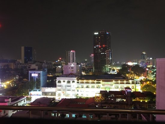 Caravelle Saigon : Night view form rooftop bar