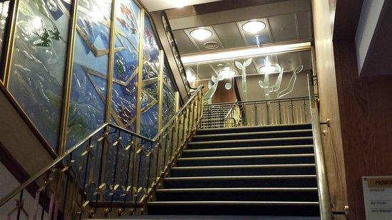 SS Rotterdam: De stijlvolle trap die door de boot loopt.