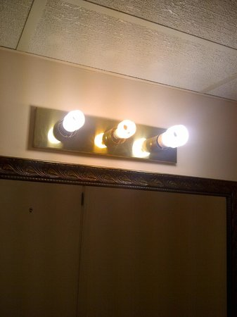 Econo Lodge Pembroke: Three different uncovered CFL bulbs in our bathroom, but plenty of light
