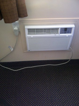 Econo Lodge Pembroke: It was winter, so we did not use it, but the air conditioner also looked new.