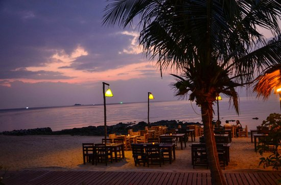 Loyfa Natural Resort: Eat at the beach