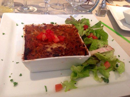 Les 3 Freres : Cannellonis brousse, épinards et saumon avec de la salade et des des de tomates