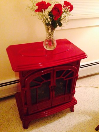 Sunapee View Bed and Breakfast: Roses on the decorative stove in Apple Blossom room for valentine's day weekend
