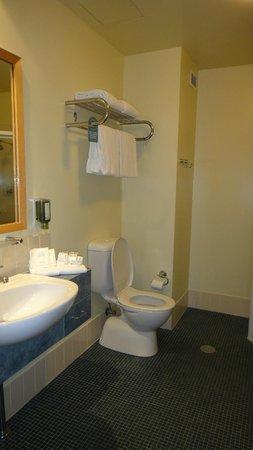 Quality Hotel Dickson : Bathroom