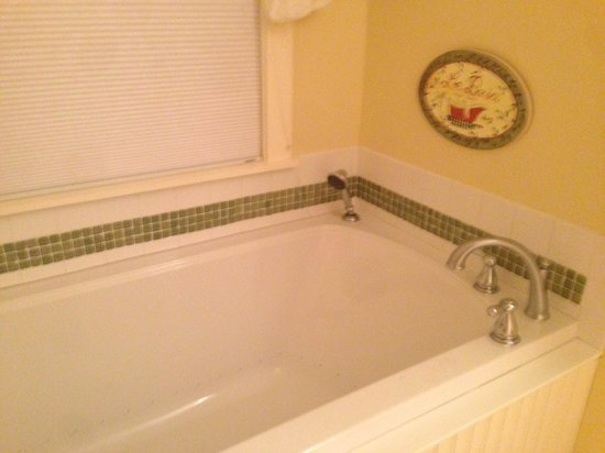 Sunapee View Bed and Breakfast: Awesome 2-person jet bath in Apple Blossom. I want this in my own house!