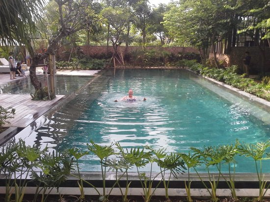Fontana Hotel Bali: serene pool (picture taken from balcony)