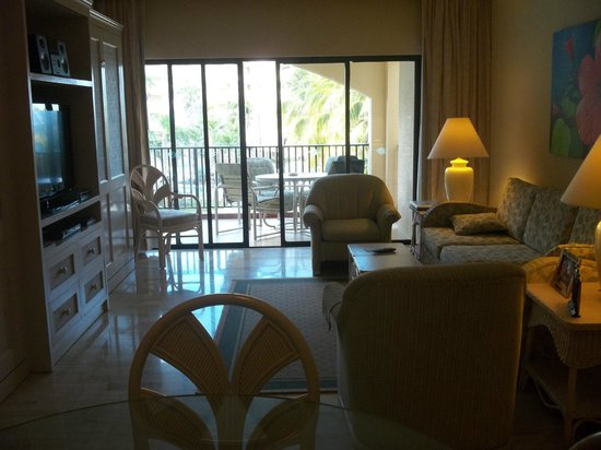 The Royal Islander All Suites Resort : Plush and comfortable living room.