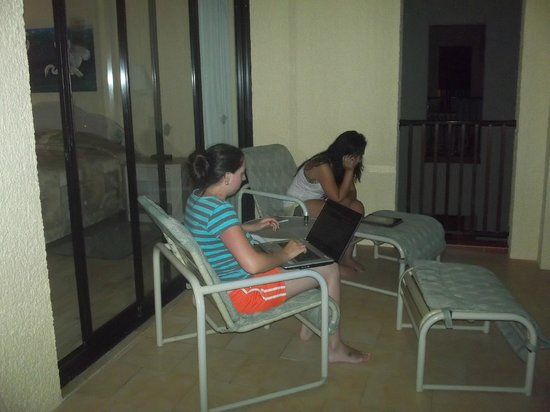 The Royal Islander All Suites Resort : Relaxing evening on the balcony.