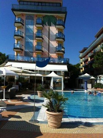Park Hotel Brasilia: Der Pool liegt zwischen Hotel und Strandpromenade
