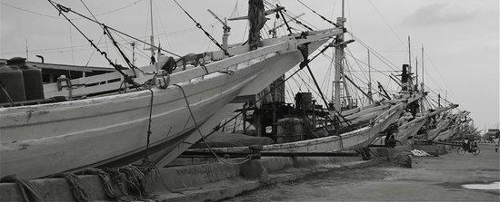Sunda Kelapa Harbour: Ships ready for hire