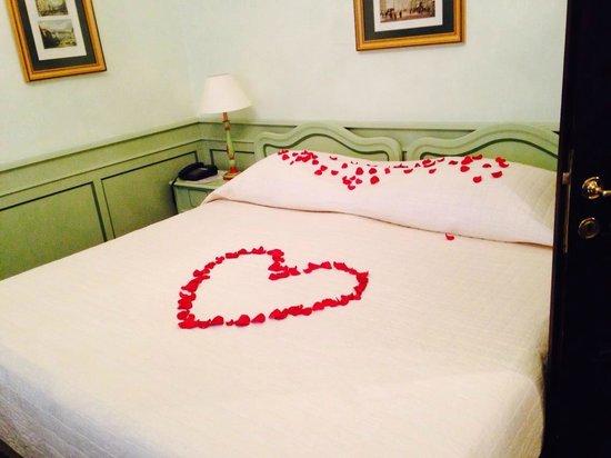 Hotel Konig Von Ungarn: Petals on the Bed