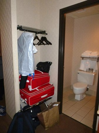 Baymont Inn and Suites: Closet area