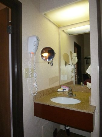 Ramada Fargo : sink is outside the bathroom