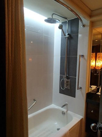 Cebu City Marriott Hotel: Long bath and shower
