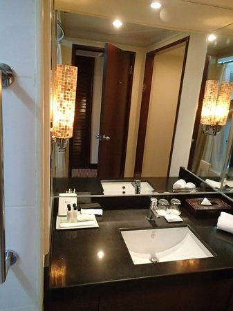 Cebu City Marriott Hotel: Bathroom counter and mirror