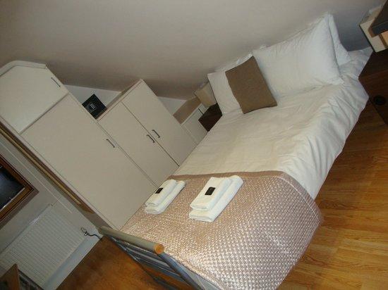 Aviva Studio Apartments: Il letto dell'appartamento 1