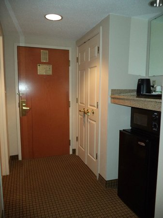 Wingate By Wyndham Charlotte Airport I-85 / I-485: entrance & closet