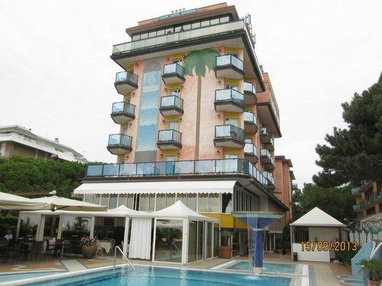 Park Hotel Brasilia: Здание отеля и бассейн