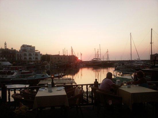 Hafen von Kyrenia (Girne): Girne Limanından Gün Batımı