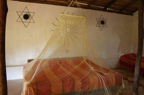 Namala Holiday Resort: Lit avec sa moustiquaire