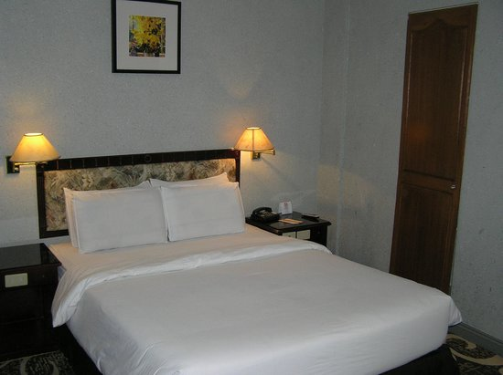 Castle Peak Hotel: Bed, nightstand and closet