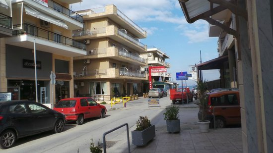 Hotel Avra: End of road near sea.