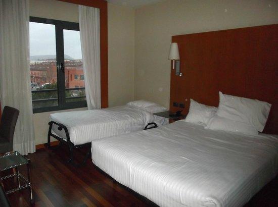 Hotel Exe Cuenca: Cama de matrimonio y cama supletoria para niño.