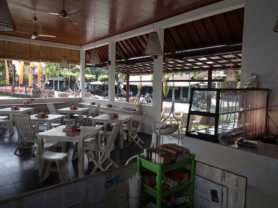 Warung Ninik Pedes: Tables