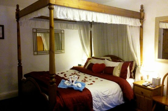 Cables B&B: Our room, beautifully decorated to celebrate our anniversary