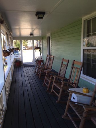 Brady Inn: Rocking chairs on the wraparound porch